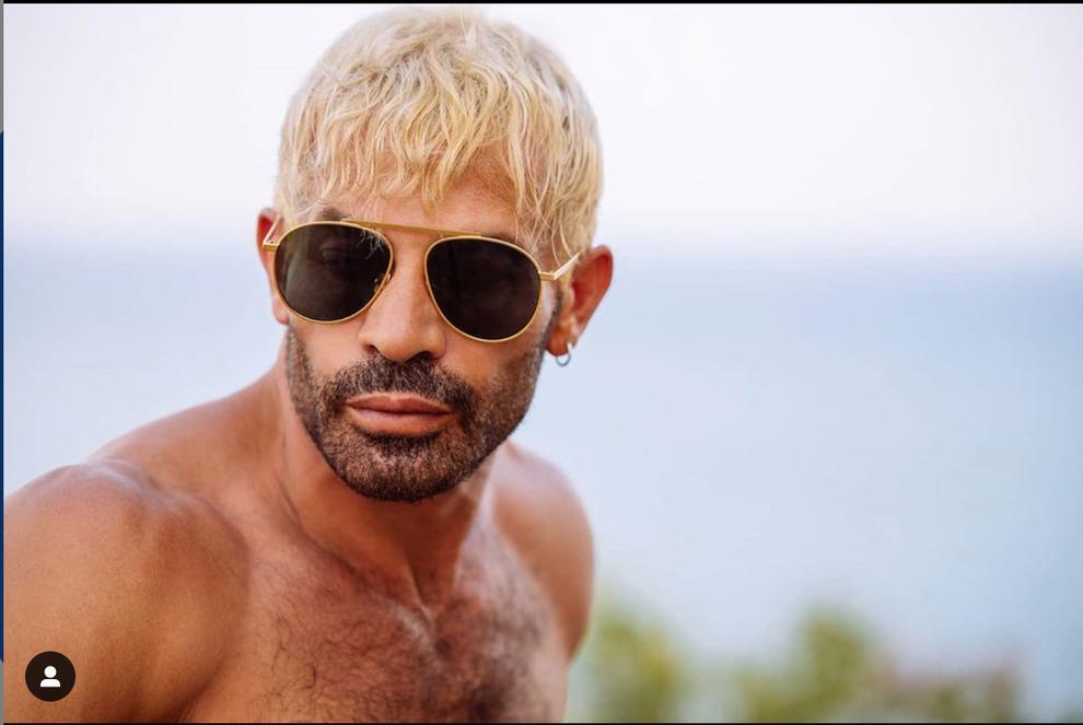 Gianni Sperti irriconoscibile, il nuovo look è di platino: «Non piace a tutti questo mio modo di essere...»