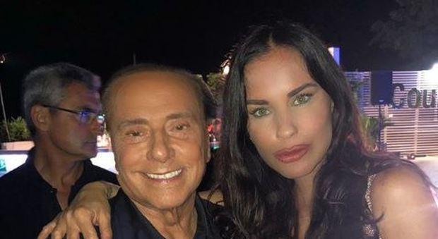 Antonella Mosetti irriconoscibile nella foto con Berlusconi, piovono insulti su Instagram: «Sembri un mostro»
