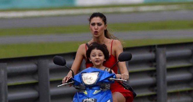 Belen Rodriguez, le foto del piccolo Santiago sulla moto  senza casco.