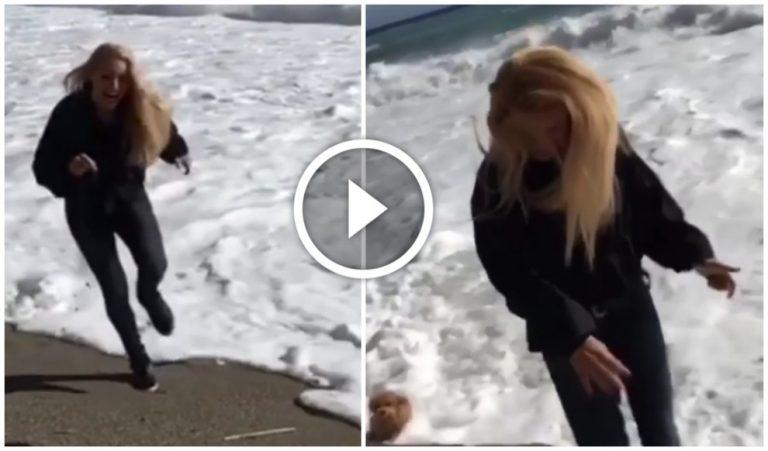 """Michelle, corsa in riva al mare con Lilly. Ma arriva un'onda e il web insorge: """"Come sta il cane?"""""""