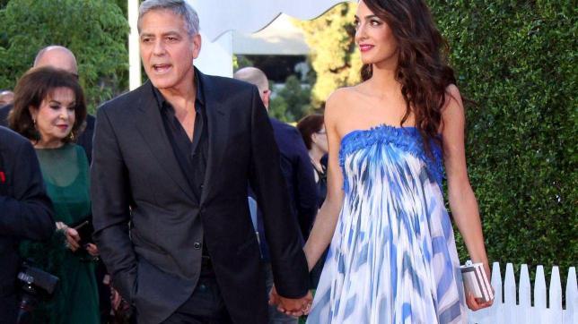 George Clooney, mano nella mano con Amal ma... c'è anche la suocera