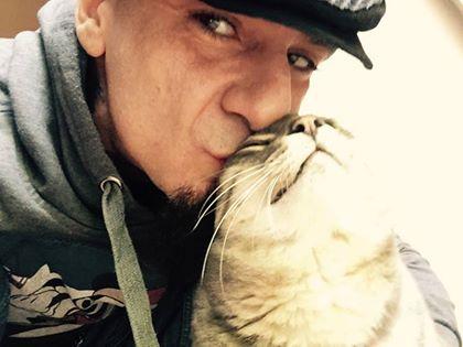 """J-Ax, addio al gatto su Facebook: """"Mi hai salvato la vita"""""""