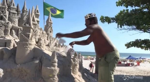Brasile, da 22 anni vive in un castello di sabbia: la storia del
