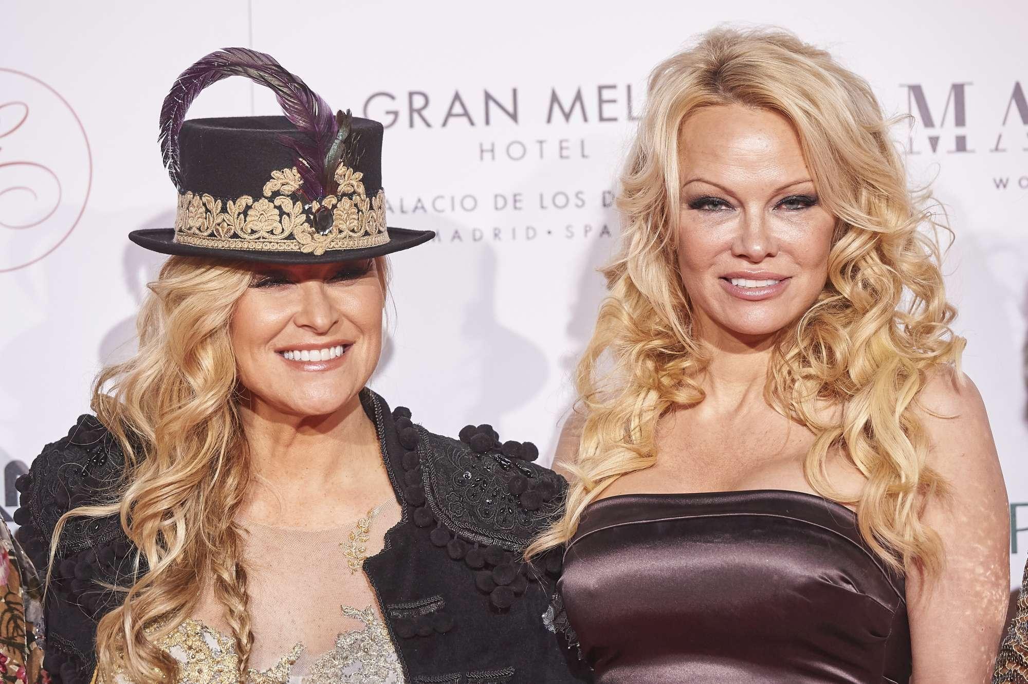 Pamela Anderson, sexy e burrosa a 50 anni