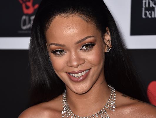 Rihanna, la popstar fa causa al padre Ronald: ecco cosa è successo