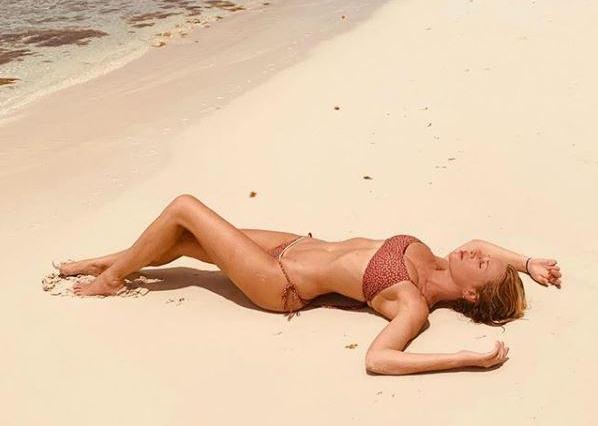 Alessia Marcuzzi seminuda alla finestra provoca i follower