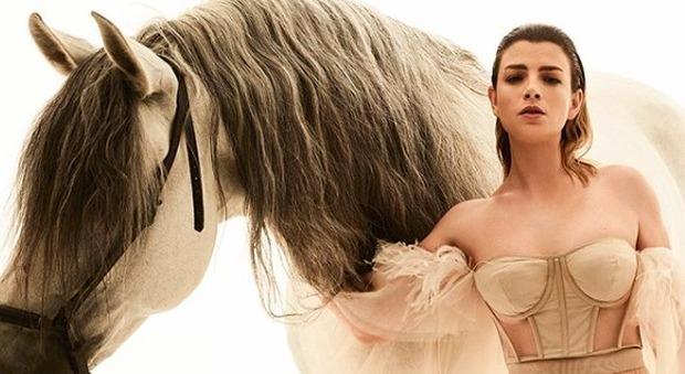 Emma Marrone, corpetto color carne e gonna trasparente: il look da amazzone è supersexy