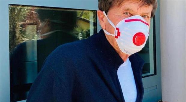 Gianni Morandi e la mascherina 'egoista': il cantante attaccato sui social per questa foto