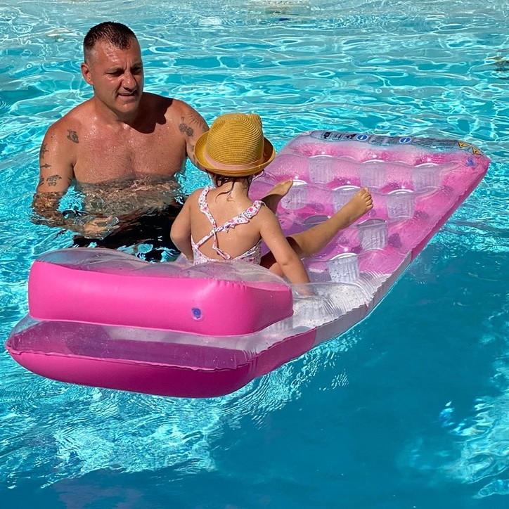 Christian Vieri e la sua vita da bomber: in piscina con la sua principessa