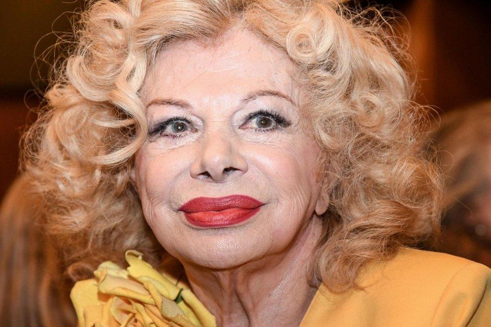 Sandra Milo, gaffe hot alla Vita in Diretta. Andrea Delogu allibita: «Stai attenta...»