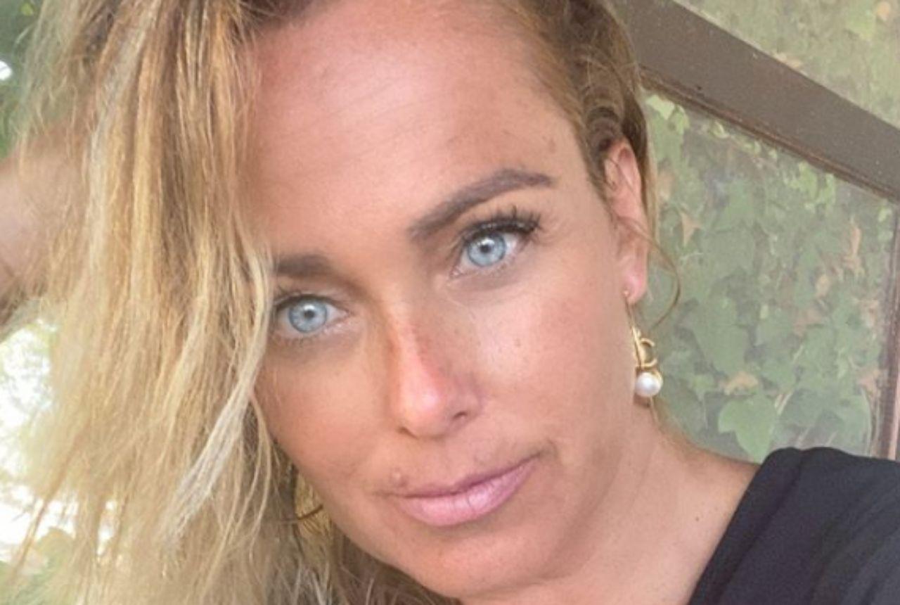 Sonia Bruganelli sbarca a Formentera. Fan furiosi: «Le vacanze potevi farle in Italia». Lei risponde così