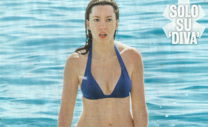 Lucia Azzolina, ministro in bikini: relax in spiaggia a Sperlonga