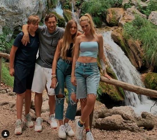 Francesco Totti, la tenera foto di famiglia con Ilary Blasi, Cristian e Chanel. I fan notano un dettaglio: «Com'è possibile?»
