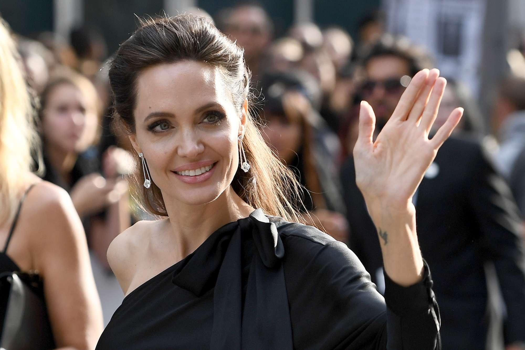 """Angelina Jolie: """"E' dura essere sola, ma sono una guerriera e ciò che conta è la felicità dei miei figli"""""""