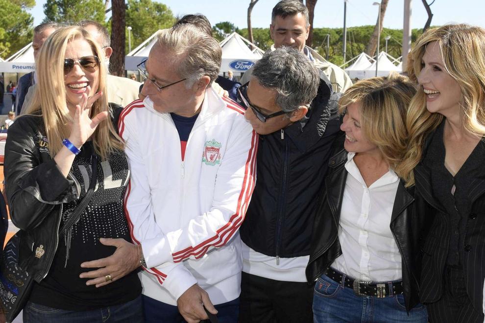 Laura Freddi incinta e felice: l'ex Paolo Bonolis le accarezza il pancione