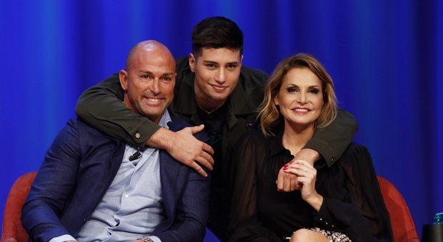 Maurizio Costanzo Show torna in tv con Simona Ventura, Stefano Bettarini e il loro figlio Nicolò