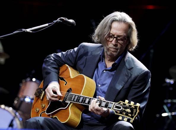 """Il dramma di Eric Clapton: """"Sto diventando sordo"""". La rockstar ha problemi anche alle mani"""