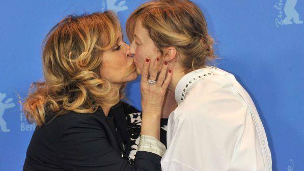 Valeria Golino e Alba Rohrwacher, bacio saffico sul red carpet nel segno della Sardegna