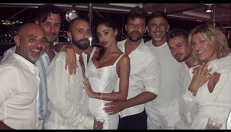 Belen e la serata con Ricky Martin e il fidanzato in Costa Smeralda: «Un, dos, tres...... »