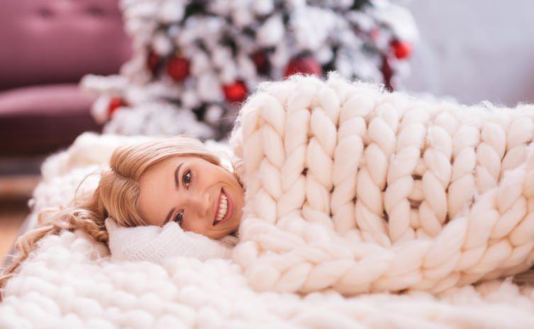 La nuova tendenza dell'inverno: le maxi coperte a maglia