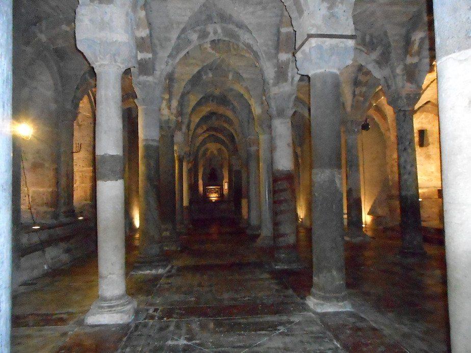 al buio nella cripta di Sutri