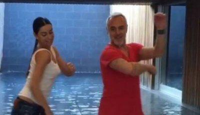 Gianluca Vacchi il nuovo balletto con tuffo con bici in piscina