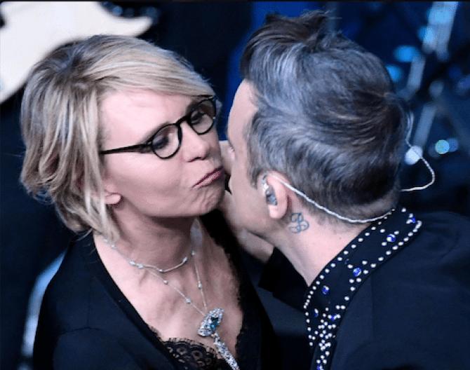 Sanremo il bacio tra Robbie Williams e Maria De Filippi fa divertire la rete