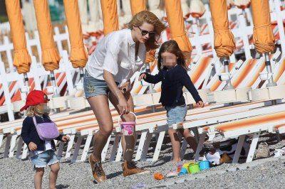 Sole e relax per Michelle Hunziker al mare con le figlie