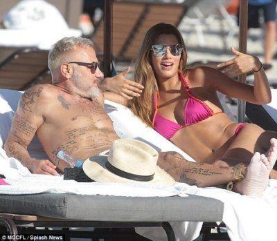 Gianluca Vacchi in spiaggia con l'ex Miss Universo Ariadna Gutierrez