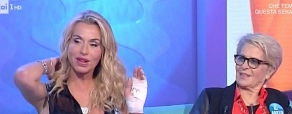 Valeria Marini mano ustionata dopo un'incidente domestico