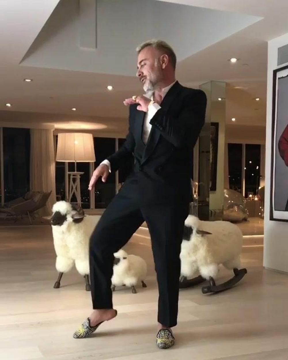 Gianluca Vacchi diverte i follower con un nuovo ballo