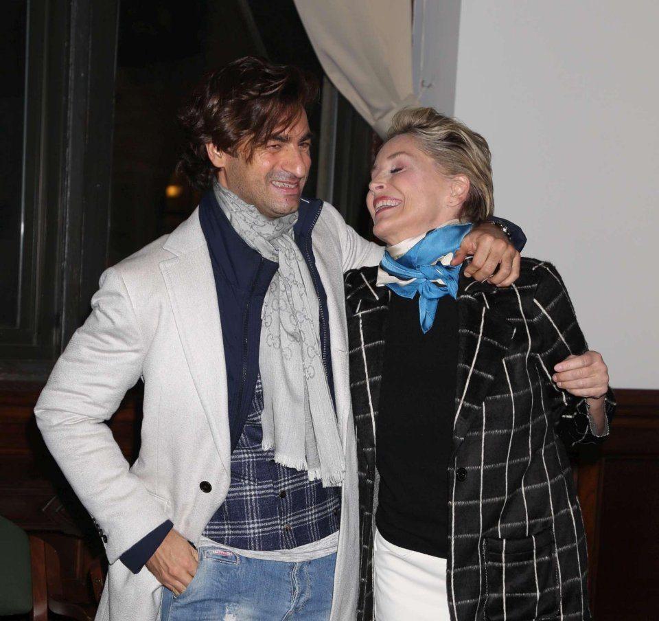 Sharon Stone baci in pubblico con un ragazzo misterioso