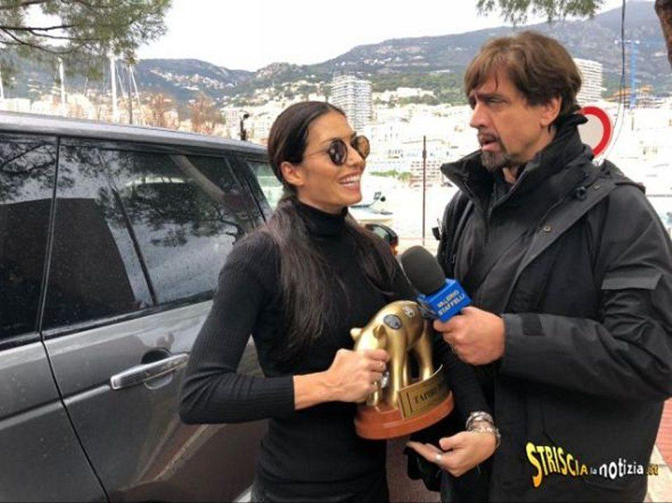 Elisabetta Gregoraci riceve il tapiro d'oro dopo la separazione