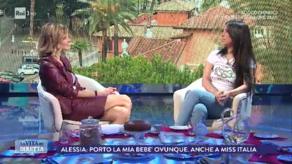 Alessia Spagnuolo alle selezioni di Miss Italia con la bimba in braccio