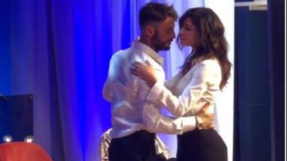 Fabrizio Corona e Belen ballano un lento in tv fan in delirio