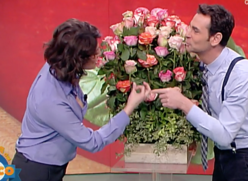 Elisa Isoardi in diretta tv riceve un mazzo con 100 rose