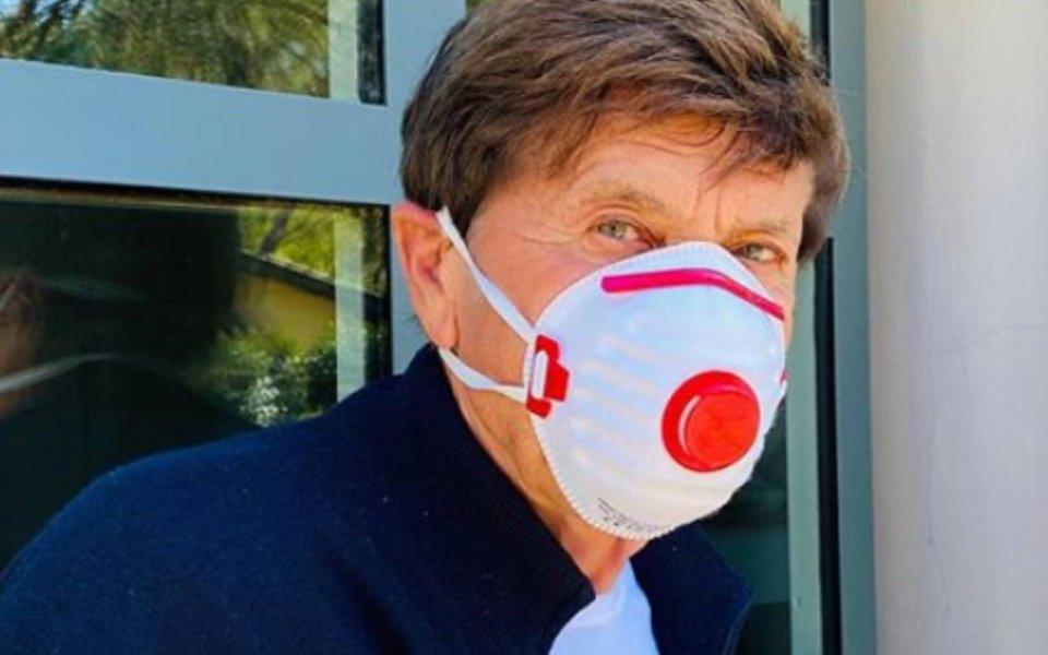 Gianni Morandi sui social viene attaccato per la foto perchè indossa una mascherina sbagliata
