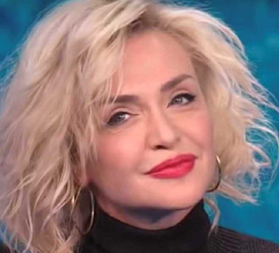 Paola Barale in un tutorial spiega come tagliarsi i capelli da sola