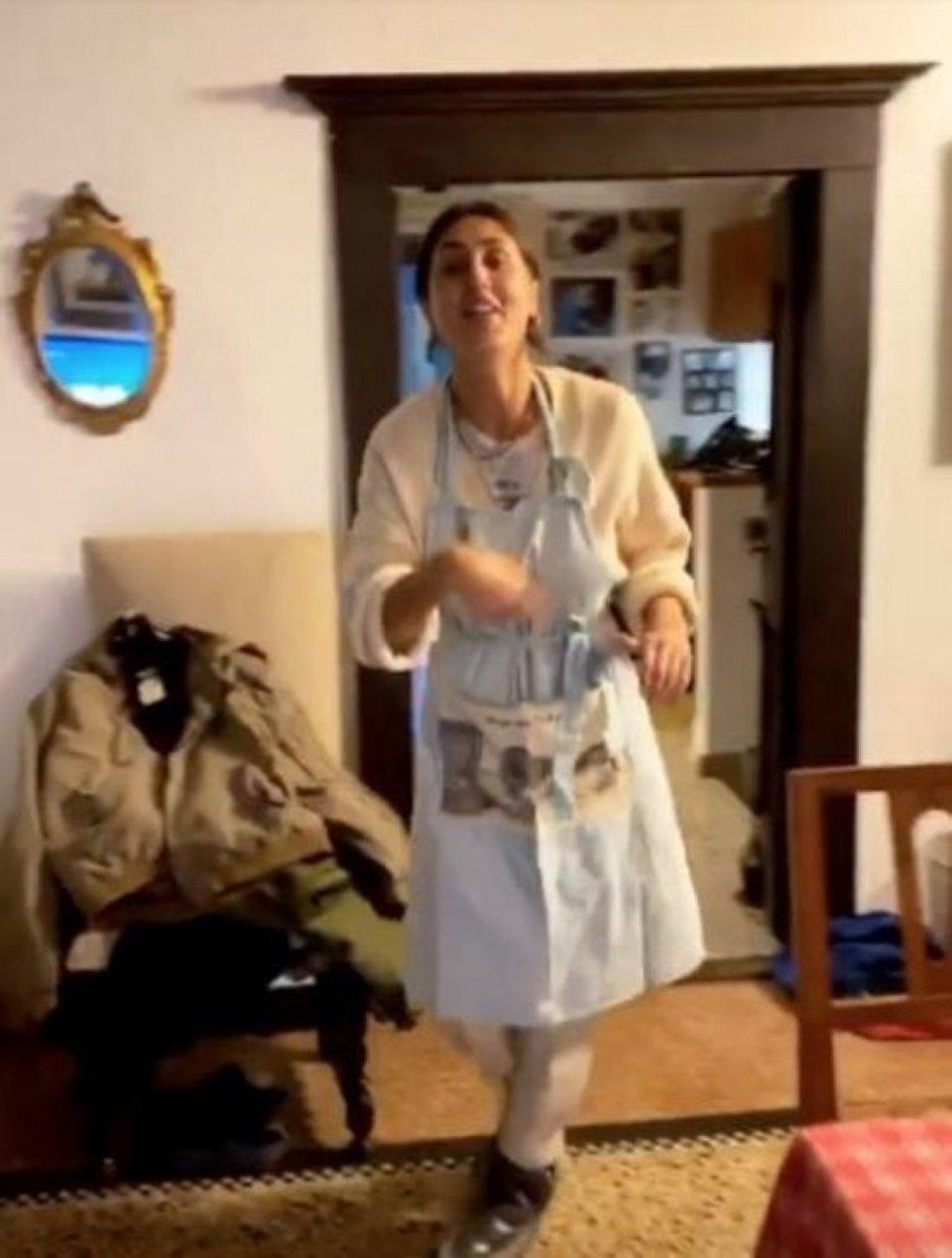 Cecilia Rodriguez in quarantena nei panni di in una perfetta casalinga