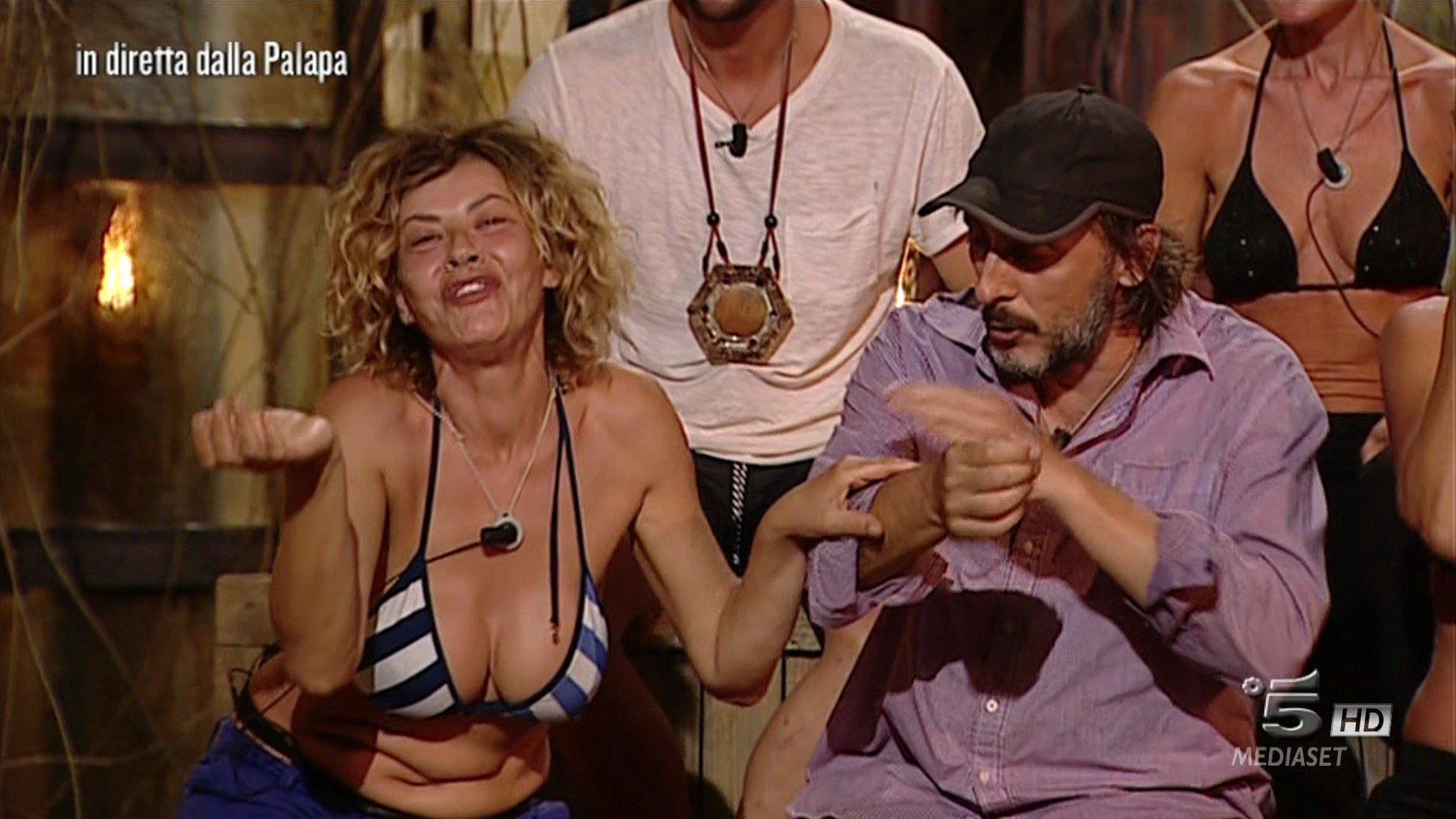 """""""Isola dei Famosi"""", Ceccherini scatenato: tra minacce di ritirarsi e dichiarazioni d'amore"""