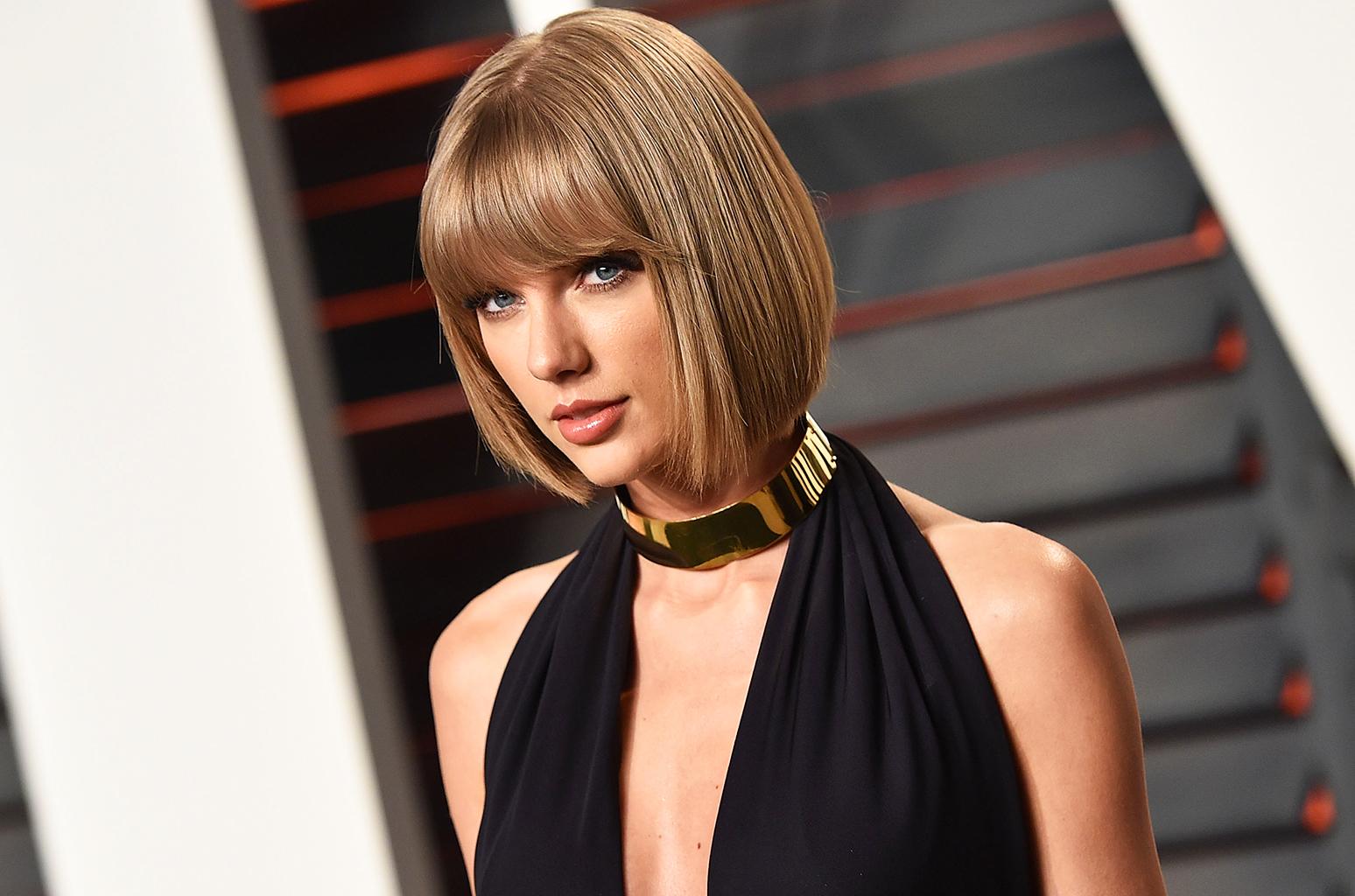 """Taylor Swift contro il dj che le ha palpato il sedere: """"Attaccato con la sua mano alla mia natica..."""""""