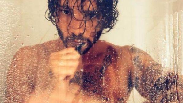"""Stefano De Martino nudo... """"scotta"""" sotto la doccia!"""