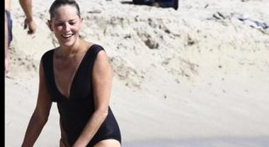 Sharon Stone sirenetta a 60 anni: fisico al top in costume a Miami