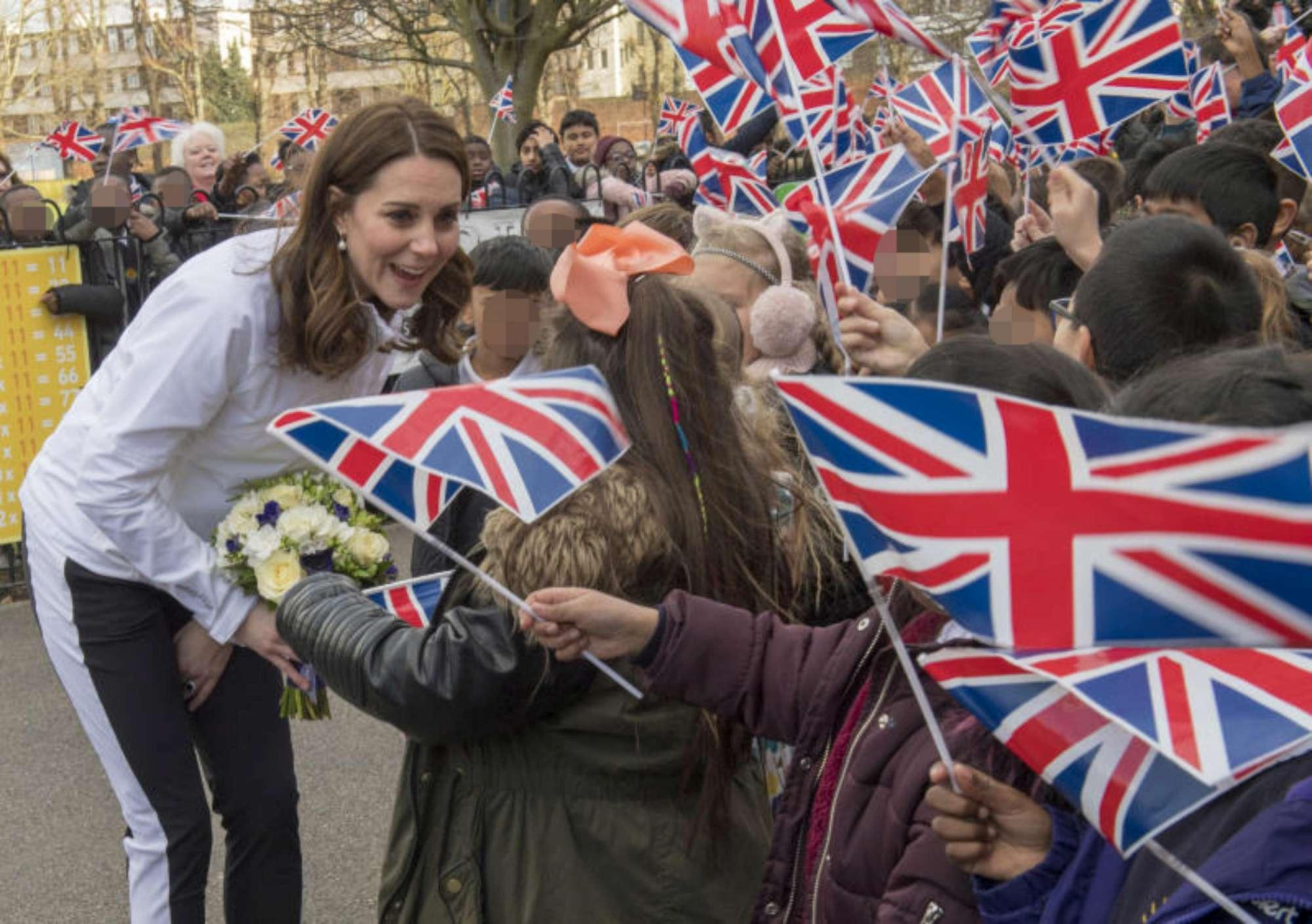 Kate Middleton in tuta da ginnastica gioca con i bambini