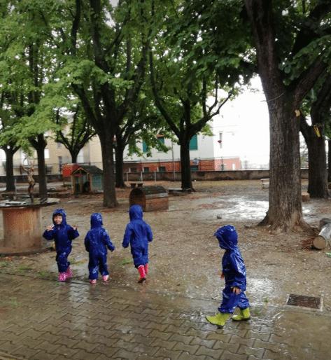 giocando sotto la pioggia