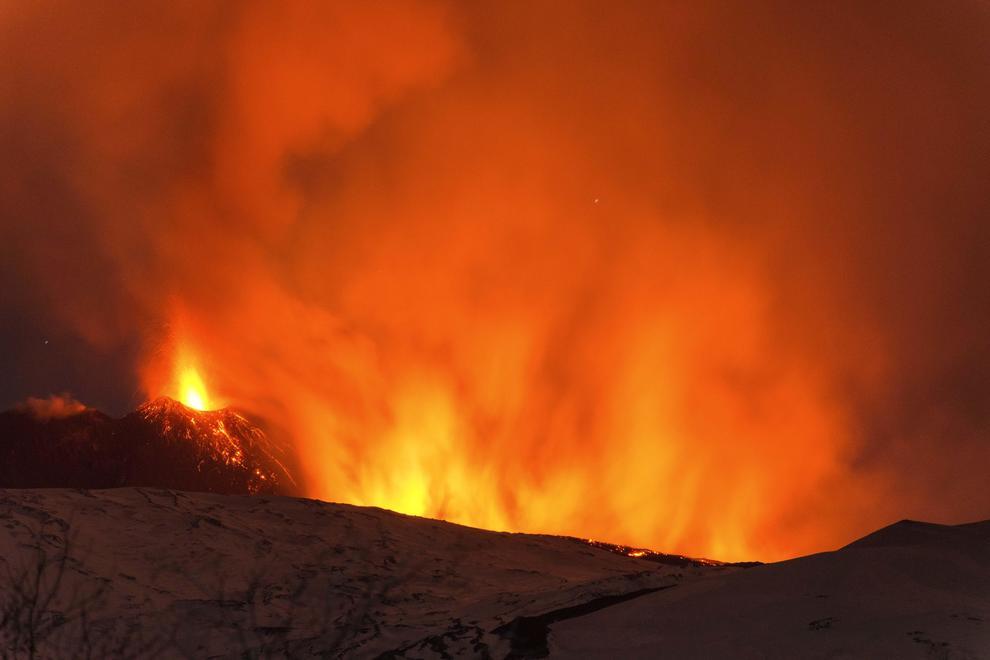 Etna, esplosione da un cratere: 10 feriti