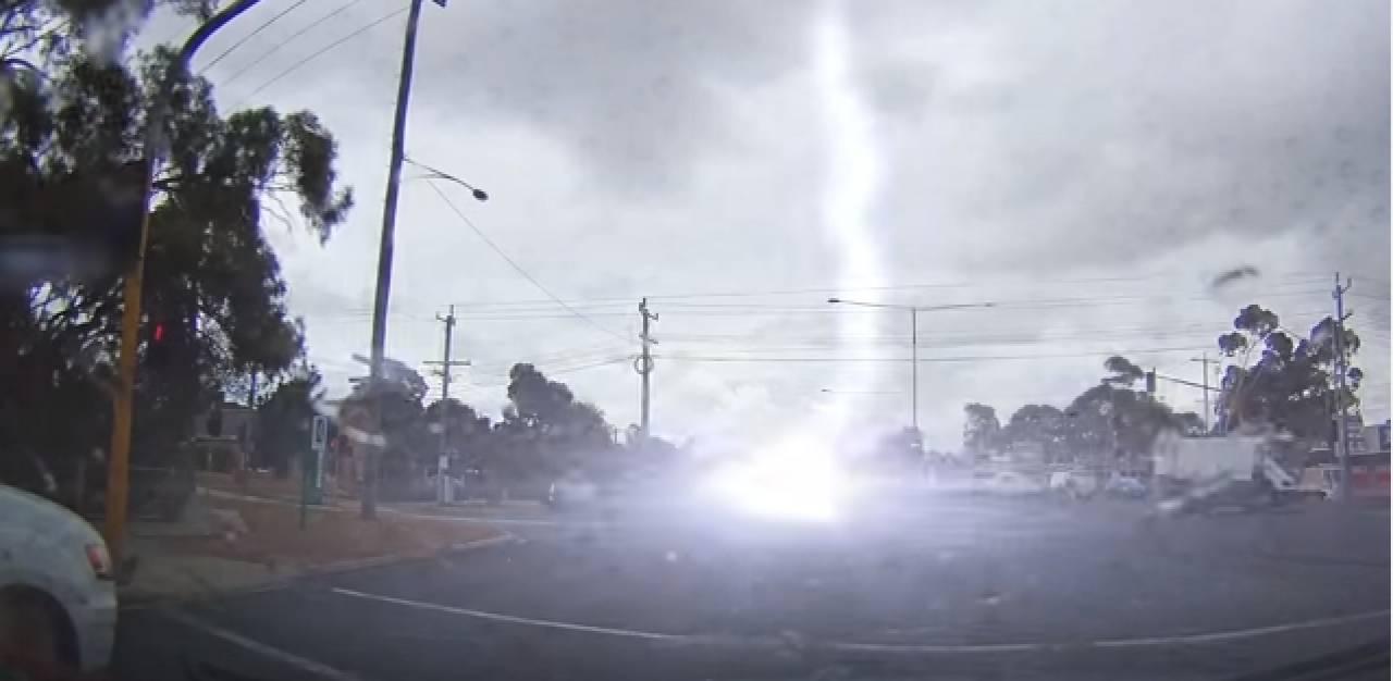 """""""Ritorno al futuro"""": l'auto colpita da un fulmine durante la corsa"""