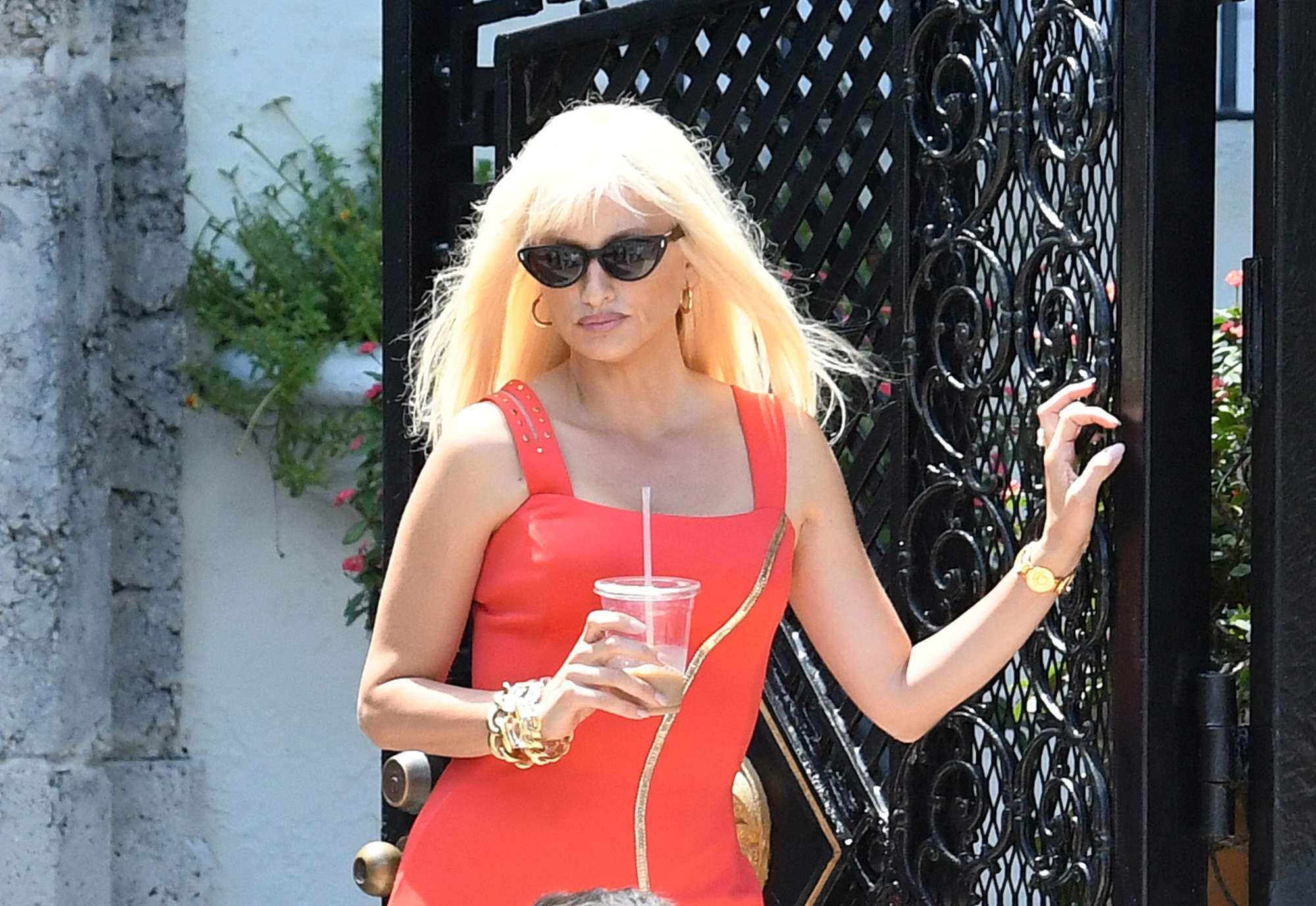 Penelope Cruz è Donatella Versace, una mora nei panni di una bionda