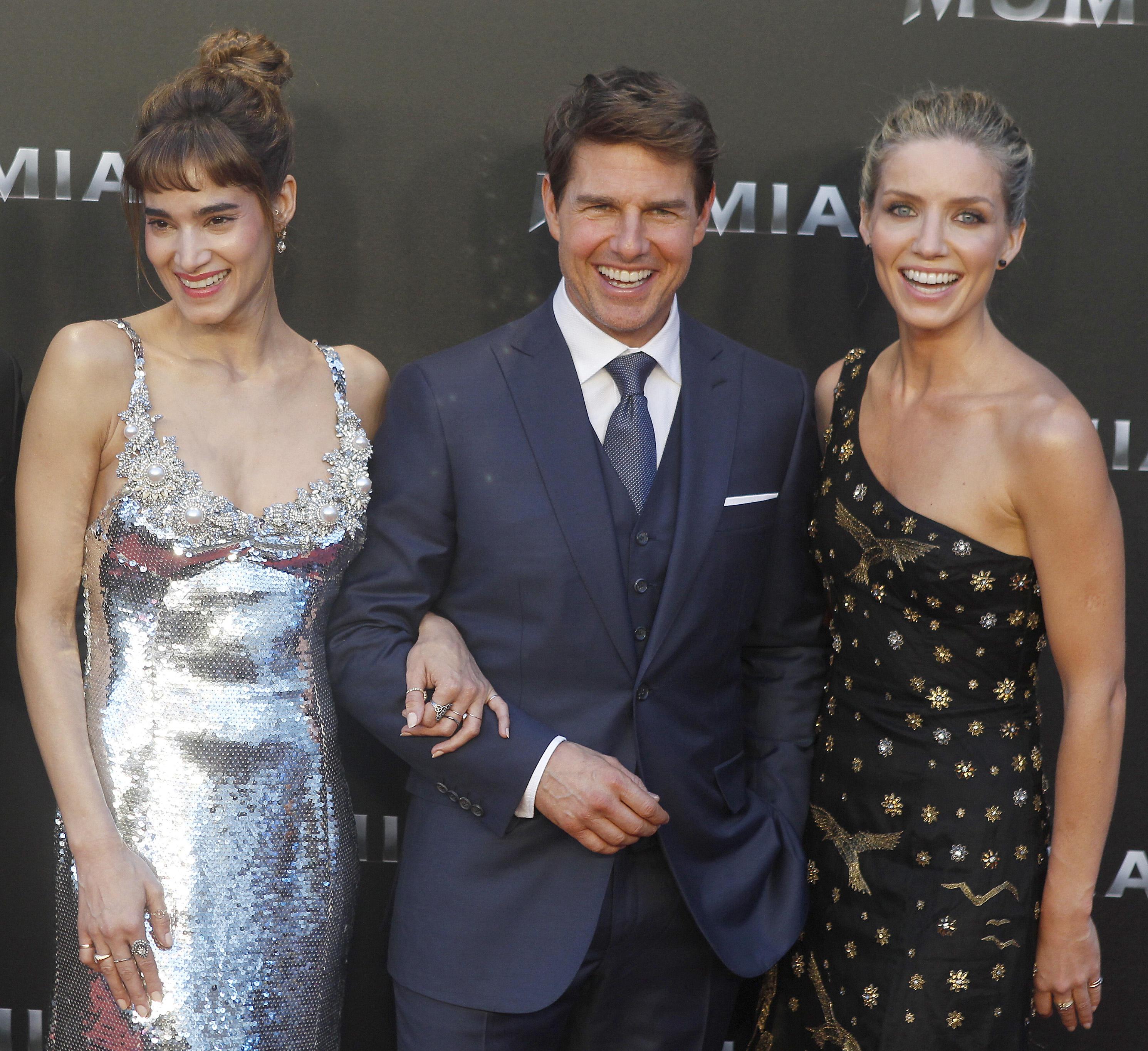 """Tom Cruise beato tra le donne alla première de """"La Mummia"""""""