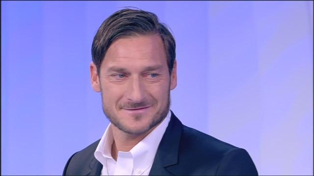 Francesco Totti a C'è Posta per Te fa una sorpresa a due ragazzi con la Sindrome di Down: la divertente scenetta conquista il pubblico